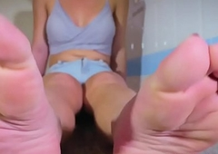 Legs fetish tranny gripping paper in the air toes