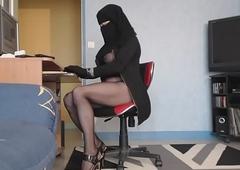 kahba voil&eacute_e devant son ecran