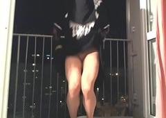en niqab sur le balcon
