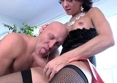 Glamour amateur tranny trades oral sex